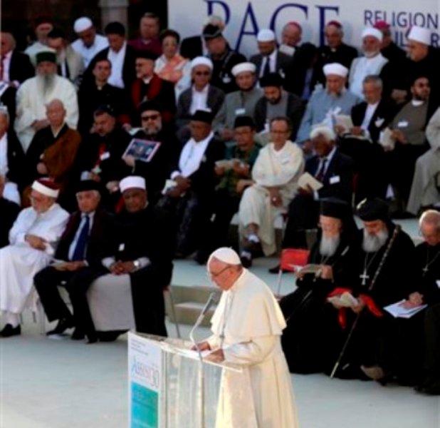 El papa Francisco pronuncia un discurso en el cierre de un día de oración por la paz frente a la Basílica de San Francisco de Asís, Italia, el martes 20 de septiembre del 2016.  (AP Foto/Alessandra Tarantino)