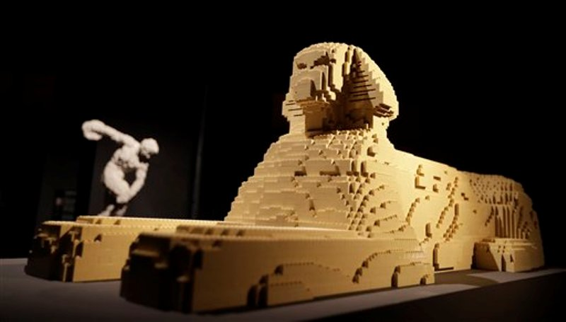 Esculturas en una exhibición de obras de arte hechas totalmente con piezas de Lego en Milán, Italia. Foto tomada el 19 de octubre del 2016. (AP Photo/Luca Bruno)