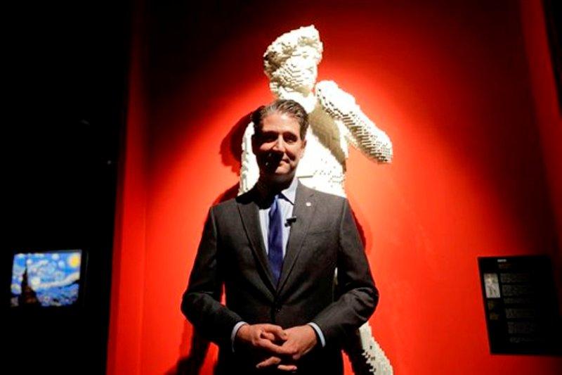El artista estadounidense Nathan Sawaya frente a una réplica del David de Miguelángel hecha totalmente con piezas de Lego, en Milán, Italia, el 19 de octubre del 2016. (AP Photo/Luca Bruno)