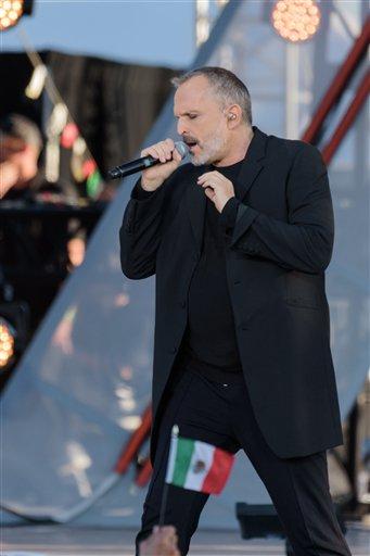 El español Miguel Bosé canta en el concierto RiseUp As One en la terminal aeroportuaria Cross Border Xpress el sábado 15 de octubre de 2016, en San Diego. (Foto de Alan Hess/Invision/AP)