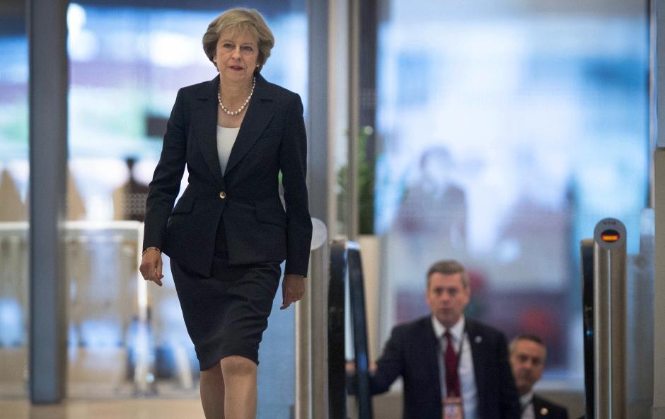 La primera ministra británica, Theresa May, llega a una entrevista en televisión en los estudios de la BBC en Birmingham, Inglaterra, antes del inicio de la conferencia anual del Partido Conservador, el domingo 2 de octubre de 2016. (Stefan Rousseau / PA via AP)