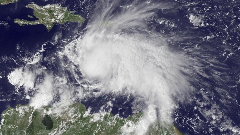 Esta imagen del satélite GOES East, proporcionada por la Administración Nacional de los Océanos y la Atmósfera (NOAA, por sus siglas en inglés) el jueves 29 de septiembre de 2016 a las 2:45 p.m. tiempo del este de Estados Unidos, muestra al huracán Matthew en el Caribe, a unos 305 kilómetros (190 millas) al noreste de Curazao. Matthew, uno de los huracanes más poderosos en el Atlántico en la historia reciente, se debilitó un poco el sábado 1 de octubre de 2016. (NOAA vía AP)
