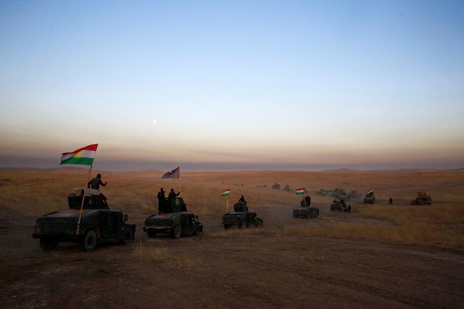 Un convoy peshmerga avanza hacia el frente en Khazer, unos 30 kilómetros (19 millas) al este de Mosul, Irak, el lunes 17 de octubre de 2016. (AP Foto/Bram Janssen)