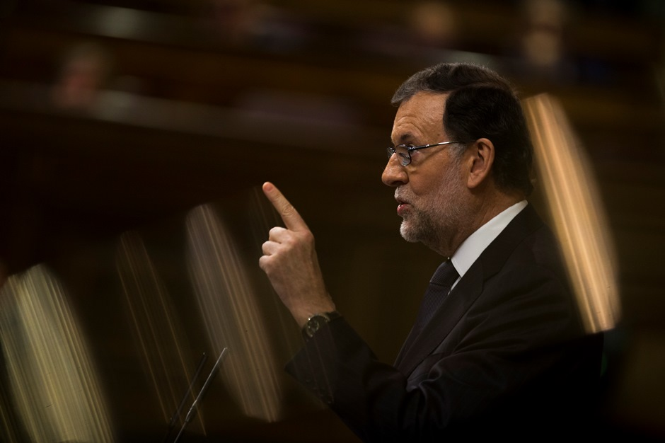 El presidente en funciones del gobierno de España y líder del conservador Partido Popular, Mariano Rajoy, habla en el parlamento antes de un pirmer voto de confianza el jueves, 27 de octubre del 2016, en Madrid. (AP Foto/Francisco Seco)