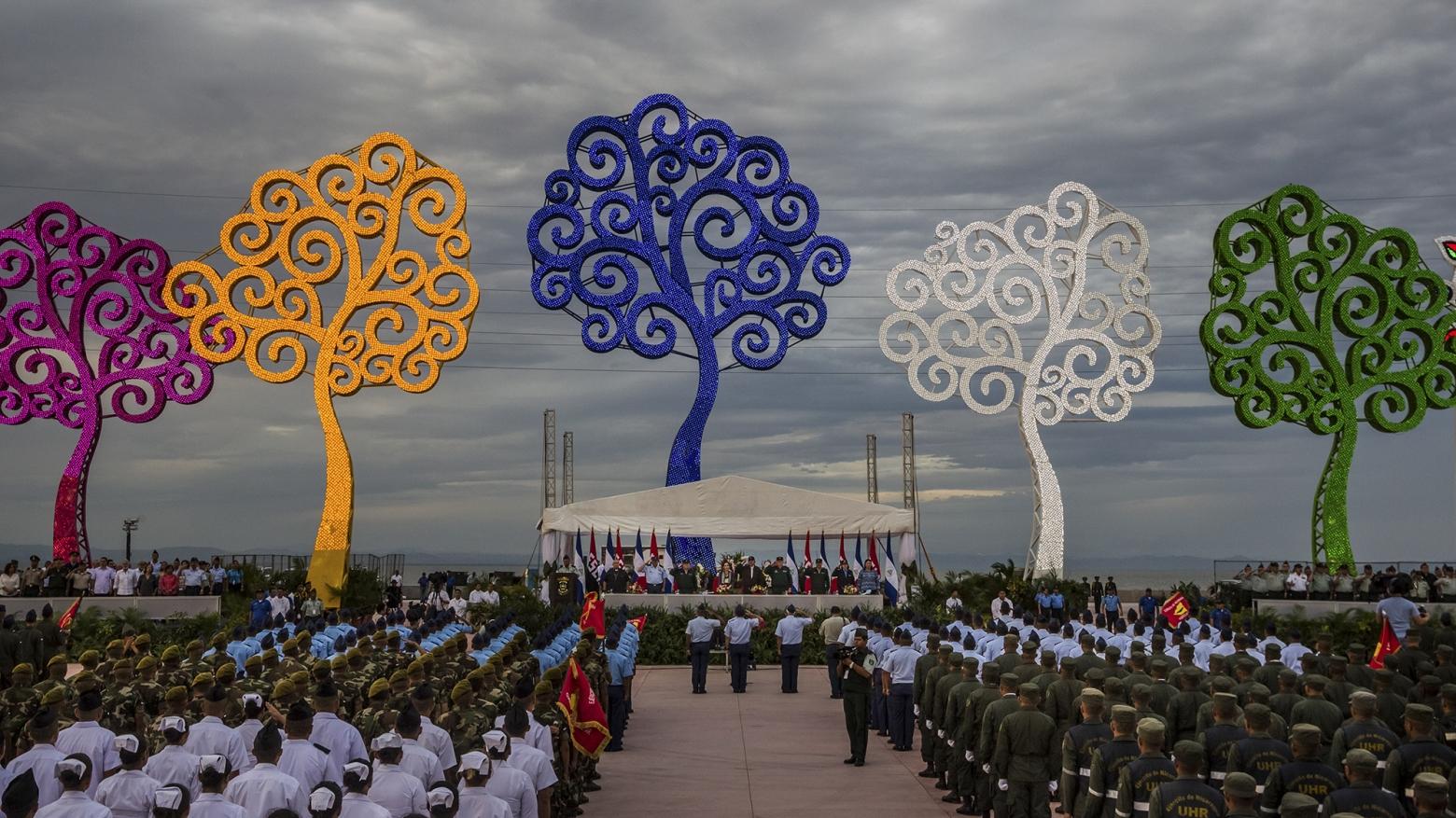 """Rosario Murillo, esposa de Daniel Ortega, ha sembrado la capital de Nicaragua con """"árboles de la vida"""", que, según ella, buscan """"transmitir alegría"""" al pueblo. / MERIDITH KOHUT (THE NEW YORK TIMES)"""