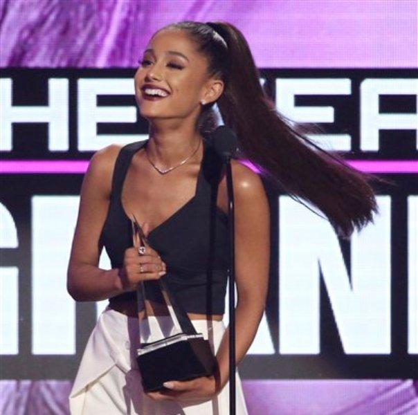Ariana Grande acepta el premio a artista del año en la gala de los American Music Awards en el Microsoft Theater, el domingo 20 de noviembre de 2016, en Los Ángeles. (Foto by Matt Sayles/Invision/AP)