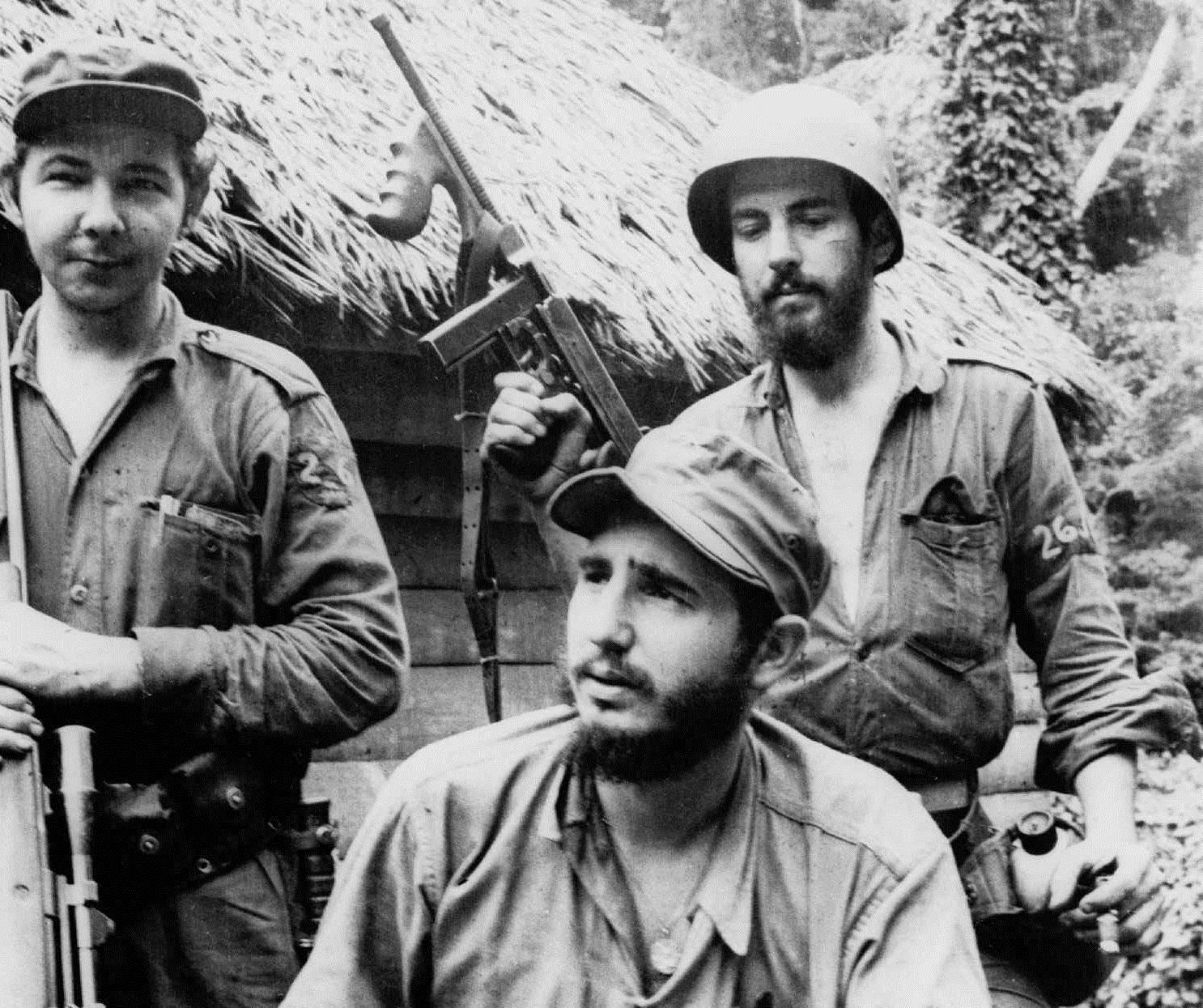 ARCHIVO - En esta foto de archivo del 14 de marzo de 1957, Fidel Castro (centro), entonces líder de la guerrilla contra la dictadura de Fulgencio Batista, aparece junto a Camilo Cienfuegos (derecha) en la Sierra Maestra. El presidente Raúl Castro anunció la muerte de su hermano Fidel el viernes 25 de noviembre de 2016 (AP Foto/Andrew St. George, archivo)