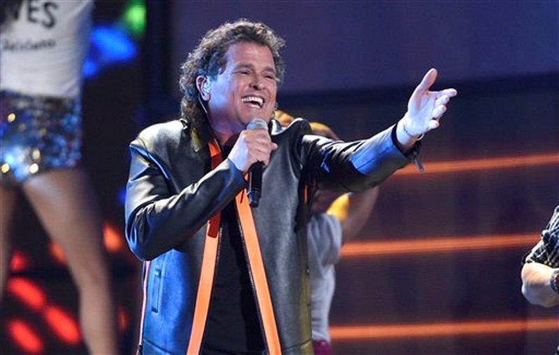 """Carlos Vives interpreta """"La Bicicleta"""" en la 17a entrega anual de los Latin Grammy en la Arena T-Mobile en Las Vegas el jueves 17 de noviembre de 2016 en Las Vegas. (Foto Chris Pizzello/Invision/AP)"""