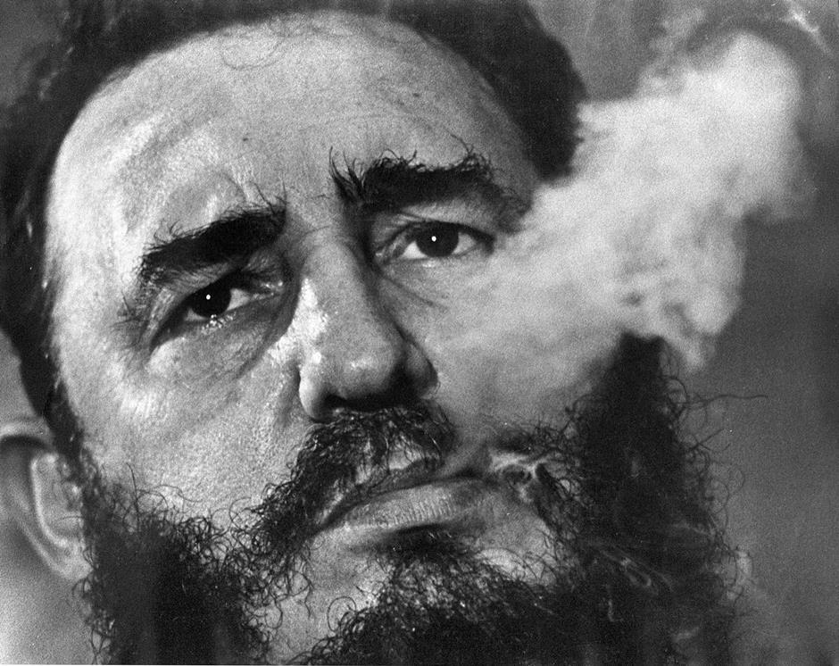En esta fotografía de archivo de marzo de 1985, el líder cubano Fidel Castro exhala humo de puro durante una entrevista en el palacio presidencial de La Habana, Cuba. Fidel Castro falleció el 25 de noviembre de 2016 a los 90 años. (Foto AP/Charles Tasnadi, archivo)