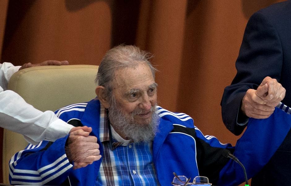 ARCHIVO - En esta fotografía del 19 de abril de 2016, Fidel Castro sujeta las manos de su hermano, el presidente Raúl Castro, y del segundo secretario del Comté Central, José Ramón Machado Ventura, durante la clausura del 7mo Congreso del Partido Comunista Cubano en La Habana (Ismael Francisco/Cubadebate via AP)