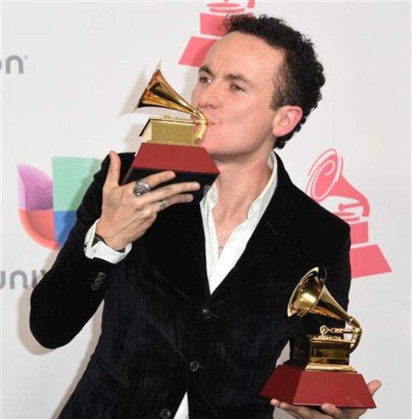 Fonseca posa en la sala de prensa con sus dos flamantes Latin Grammy, el jueves 17 de noviembre del 2016 en Las Vegas. (Foto por Richard Shotwell/Invision/AP)