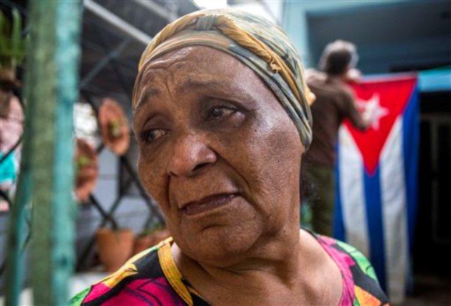 Rafaela Vargas lamenta la muerte del expresidente Fidel Castro en la entrada de su casa en el barrio del Vedado, en La Habana, el sábado 26 de noviembre de 2016. (AP Foto/Desmond Boylan)