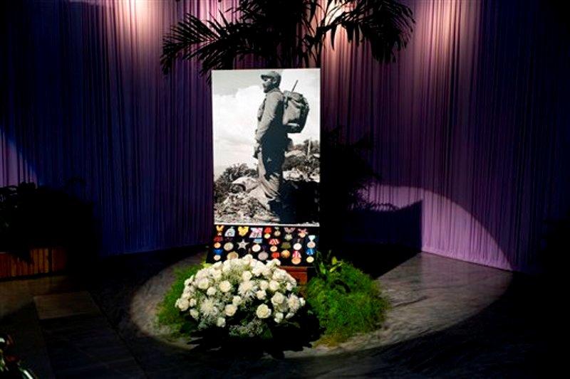 Rosas y medallas sirven de base al retrato del fallecido Fidel Castro en la Plaza de la Revolución, lugar de dos días de homenajes al difunto líder en La Habana, Cuba, el lunes 28 de noviembre de 2016.  (AP Foto/Ramon Espinosa)