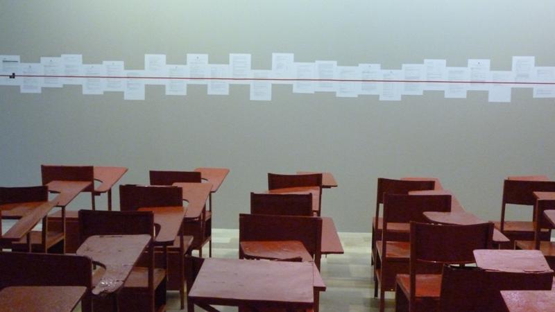 Xavier Patiño. Una línea roja es una línea roja parafrasea la famos frase a rose is a rose de Gertrude Stein. Patiño muestra esta liaison del arte con su instalación de bancas evaluaciones y syllabus del ITAE pronto a desaparecer ante la apertura de la UArtes.