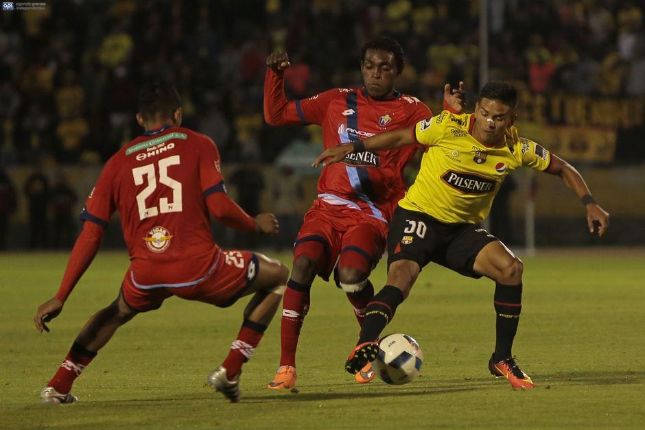 Barcelona y Nacional juegan en el estadio Atahualpa, en Quito, el 16 de noviembre de 2016. API