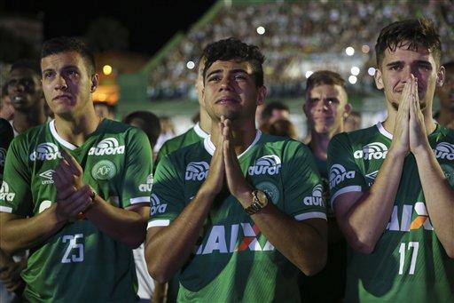 Jugadores del Chapecoense que no viajaron con su equipo en un avión que se estrelló en Colombia lloran durante una ceremonia en memoria de las víctimas, en la Arena Condá de Chapecó Brasil, el miércoles 30 de noviembre de 2016 (AP Foto/Andre Penner)