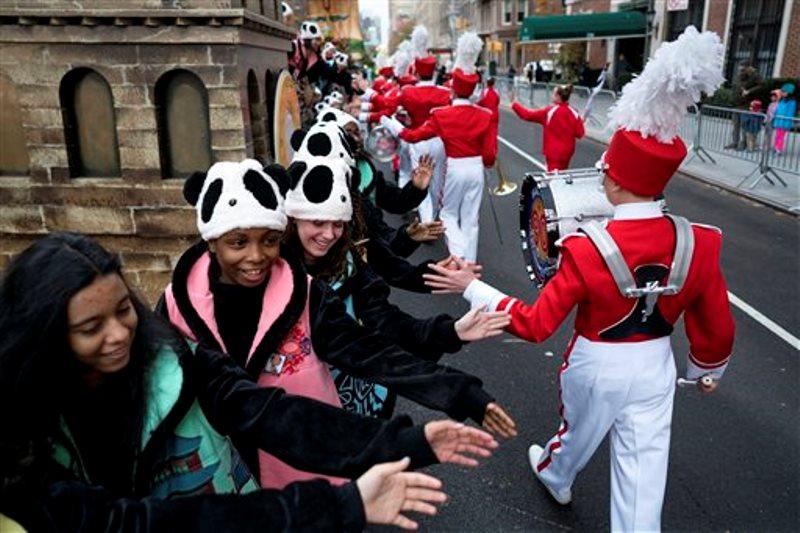 Participantes se saludan entre sí mientras esperan el inicio del desfile de Macy's por el Día de Acción de Gracias, en Nueva York, el jueves 24 de noviembre de 2016. (AP Foto/Craig Ruttle)