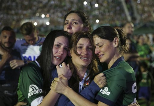 Familiares de los jugadores del Chapecoense fallecidos por un accidente de aviación en Colombia lloran durante una ceremonia en la Arena Condá de Chapecó, Brasil, el miércoles 30 de noviembre de 2016 (AP Foto/Andre Penner)