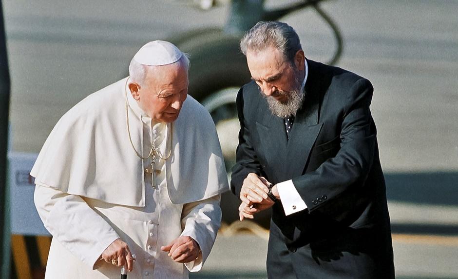 Fotografía de archivo del 21 de enero de 1998 del presidente cubano Fidel Castro y el papa Juan Pablo II durante una ceremonia de bienvenida al pontífice en La Habana, Cuba. (AP Foto/José Goitia)