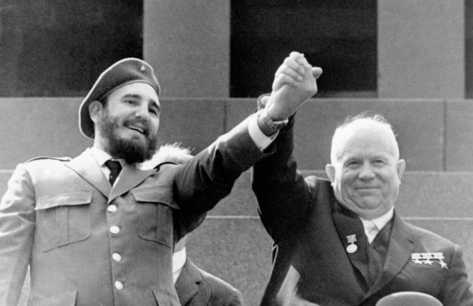 En esta fotografía del 1 de mayo de 1963, el líder cubano Fidel Castro, izquierda, y el primer ministro soviético Nikita Jrushchov se estrechan las manos en el mausoleo de Lenin, en la Plaza Roja de Moscú, Rusia, el Día del Trabajo. Fidel Castro falleció el 25 de noviembre de 2016 a los 90 años. (Foto AP/TASS/Archivo