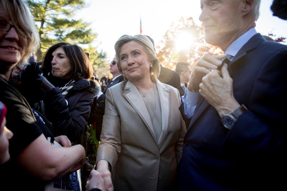 Hillary Clinton, acompañada de su esposo el ex presidente Bill Clinton, al llegar a su centro de votación en Chappaqua, Nueva York, el martes 8 de noviembre del 2016. (AP Photo/Andrew Harnik)
