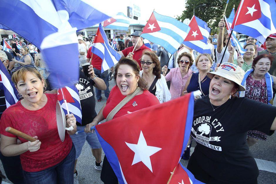 Cubanos residentes en Miami celebran la muerte de Fidel Castro, desde la madrugada del sábado, en las afueras del restaurante Versalles, en Miami. EFE/EPA/CRISTOBAL