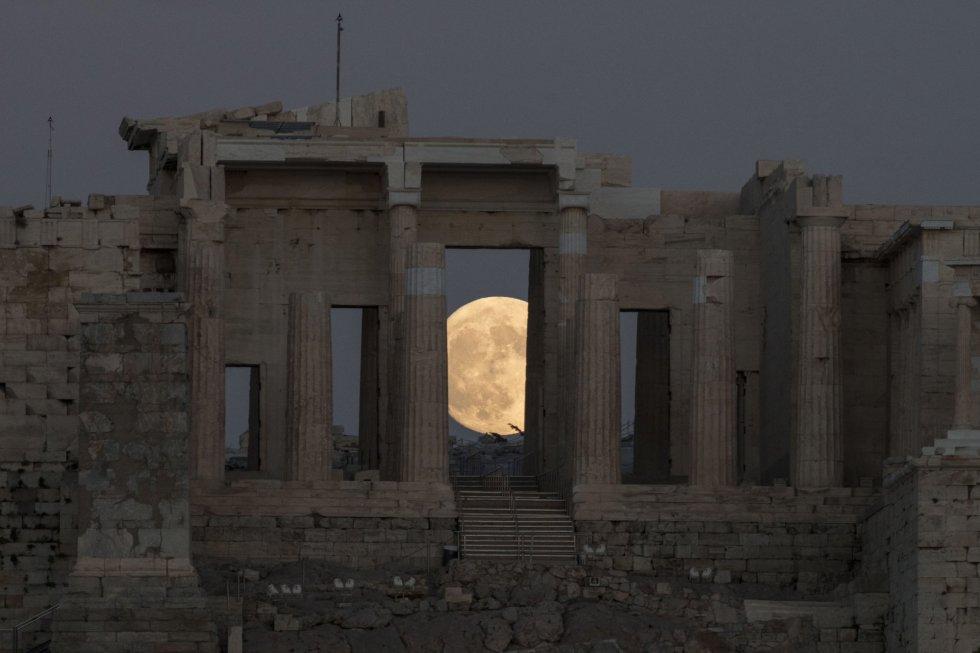 La luna se eleva en los cielos de Atenas. ANDREA BONETTI EFE
