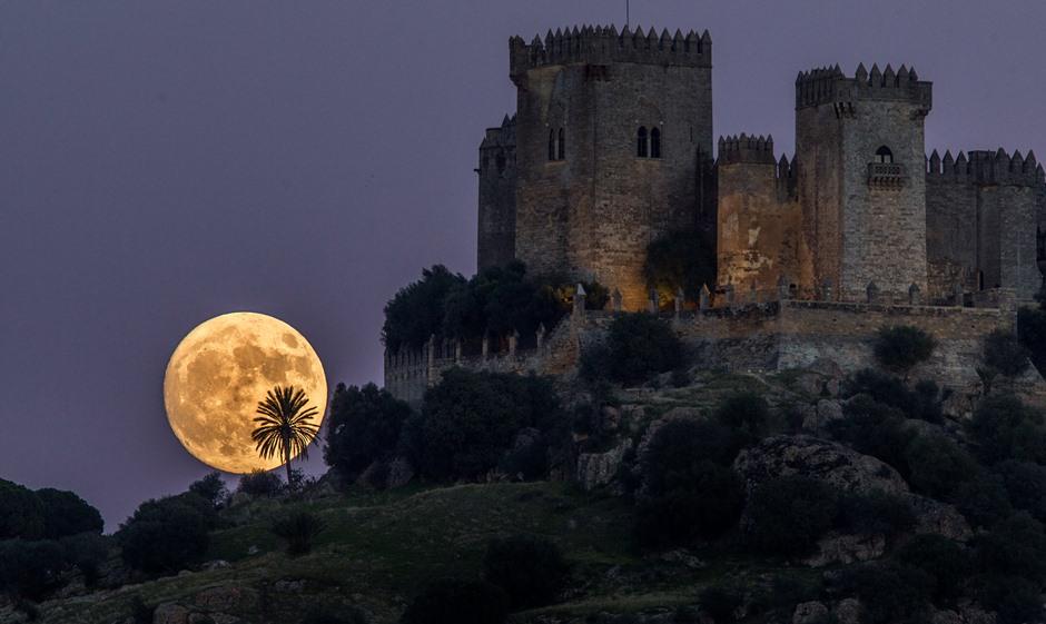 La Luna se alza detrás del Castillo de Almodovar en Córdoba, España, el domingo 13 de noviembre de 2016. (AP Foto/Miguel Morenatti)