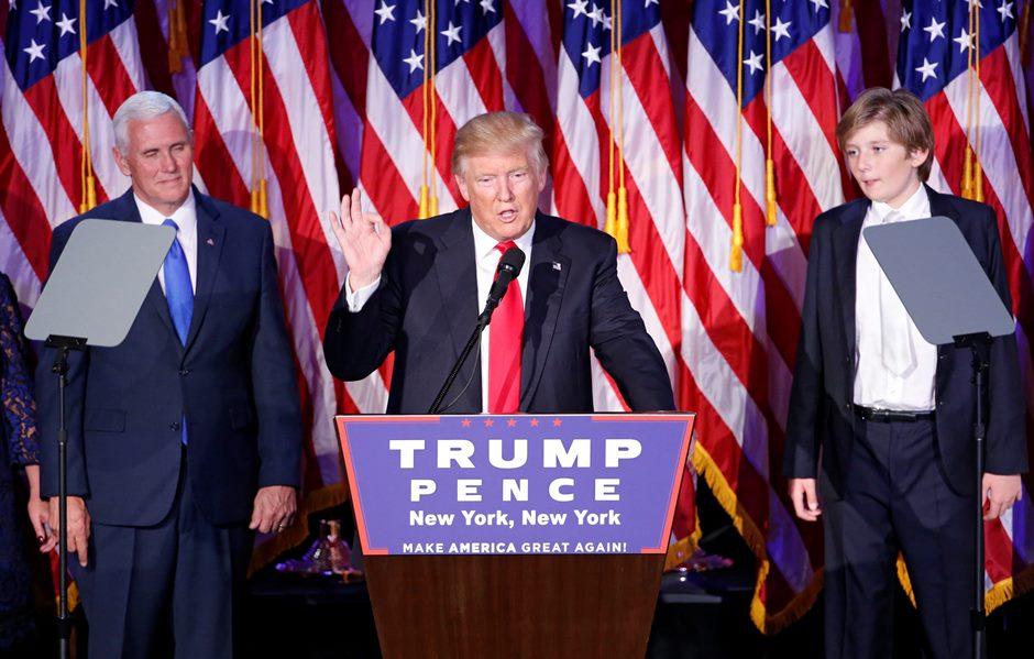 """El candidato republicano a la Presidencia, Donald Trump (c), da un discurso durante la fiesta electoral organizada en el New York Hilton Midtown de Nueva York (Estados Unidos) en la noche del 8 de noviembre de 2016. El republicano Donald Trump se proclamó hoy vencedor de las elecciones presidenciales del martes y se comprometió a """"reconciliar"""" a todos los estadounidenses, que han llegado profundamente polarizados a los últimos comicios. EFE/SHAWN THEW"""