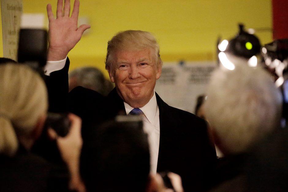 El candidato republicano, Donald Trump, saluda a sus simpatizantes después de votar en la ciudad de Nueva York en las elecciones presidenciales que se celebran en Estados Unidos, hoy, 8 de noviembre de 2016. Los estadounidenses eligen hoy a su próximo presidente entre la demócrata Hillary Clinton y el republicano Donald Trump. Clinton, ex secretaria de Estado y ex primera dama, parte en estos comicios con una ventaja de 3,2 puntos porcentuales frente al polémico magnate neoyorquino Donald Trump, según la media ponderada de encuestas que realiza la web Real Clear Politics. EFE/Peter Foley