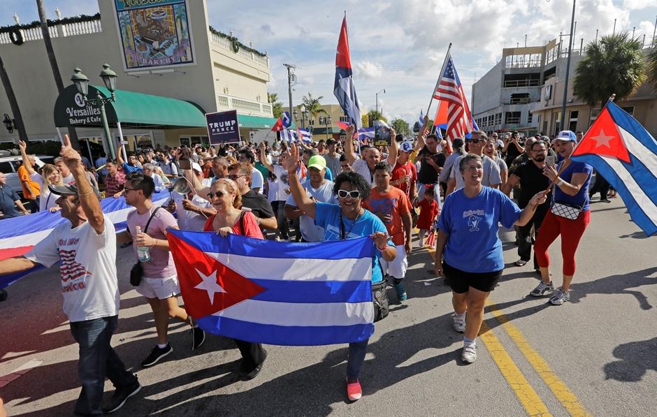 Miembros de la comunidad cubana reacionan a la muerte de Fidel Castro, el sábado 26 de noviembre de 2016, en el área de Little Havana, en Miami. (AP Foto/Alan Díaz)