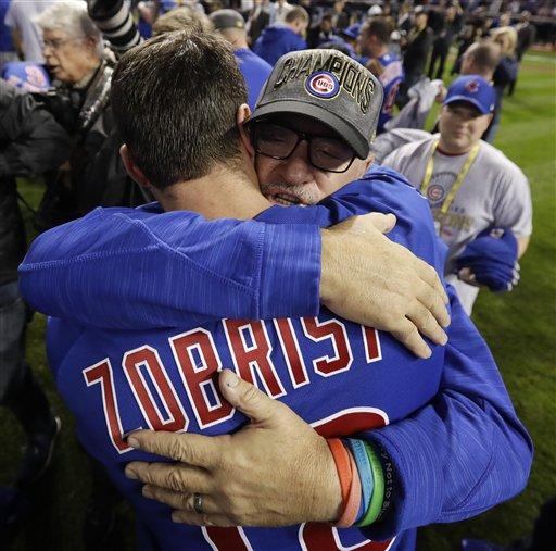 El manager de los Cachorros de Chicago, Joe Maddon, celebra con Ben Zobrist tras ganar el Juego 7 de la Serie Mundial de la MLB contra los Indios de Cleveland, el jueves 3 de noviembre de 2016 en Cleveland. Los Cachorros ganaron 8-7 en 10 innings para ganar la serie 4-3. (AP Foto/Matt Slocum)