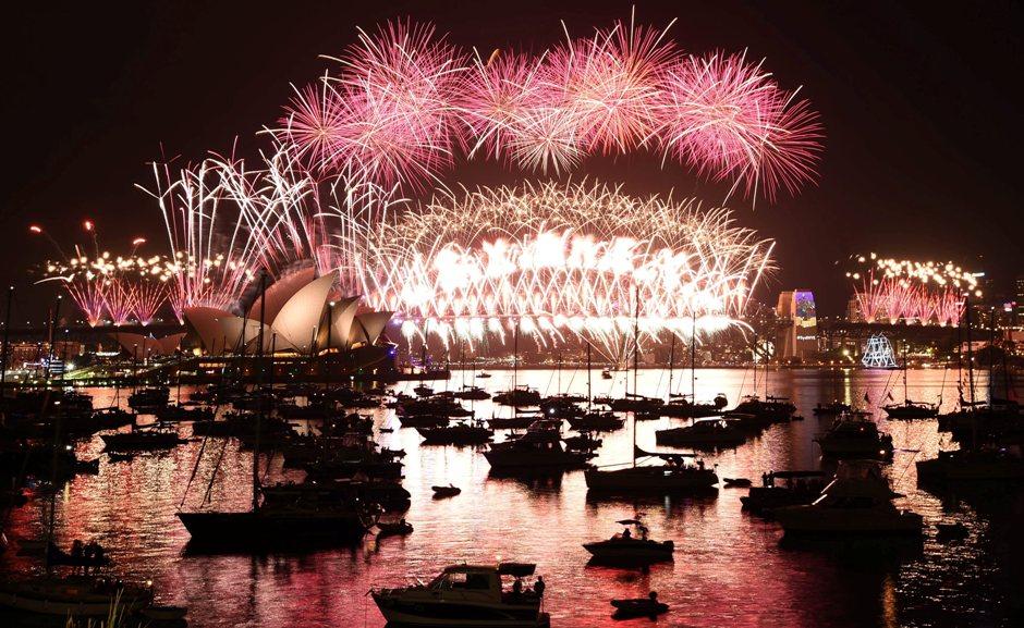 2017 ha llegado en medio de fuegos artificiales en Sydney, con su Opera House y el Harbour Bridge. EFE/EPA/MICK TSIKAS