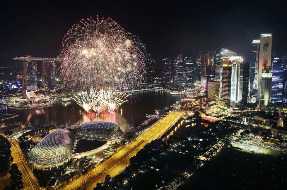 Fuegos artificiales explotan sobre el distrito financiero de Singapur. WONG MAYE-E AP