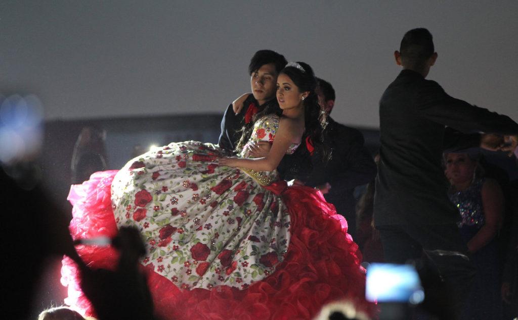 LA JOYA (MÉXICO), 26/12/2016.- La joven mexicana Rubí Ibarra García baila durante la celebración de sus quince años hoy, lunes 26 de diciembre de 2016, en La Joya (México). El cumpleaños número quince de la mexicana Rubí, un evento que pasó de ser algo local a convertirse en un fenómeno mediático en México y el extranjero gracias a las redes sociales, se mantiene como tendencia en estas plataformas virtuales el día en que se realiza la fiesta. EFE/Mario Guzmán