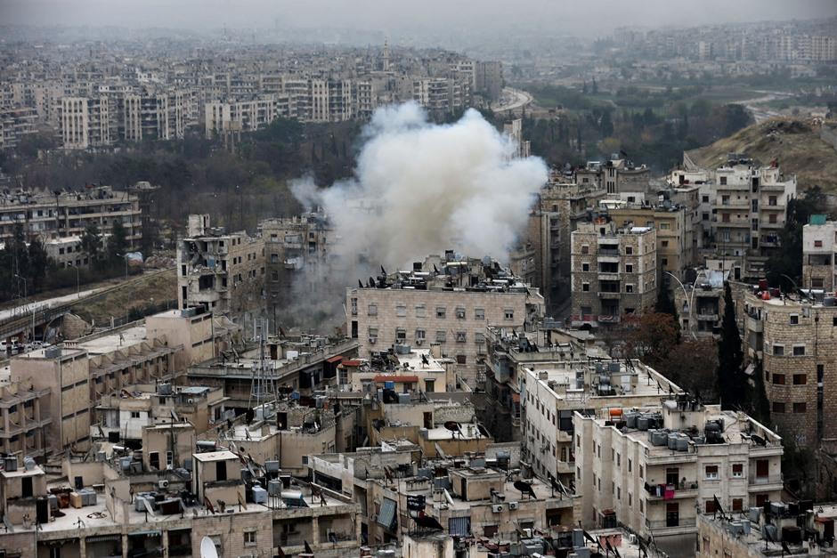 Una columna de humo se eleva después de que combatientes rebeldes lanzaran un mortero contra un barrio residencial en el oeste de Alepo, Siria, el lunes 5 de diciembre de 2016. (AP Foto/Hassan Ammar)