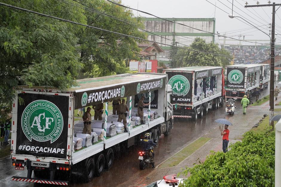 Camiones con los ataúdes de los miembros del equipo de fútbol Chapecoense, víctimas de un percance aéreo en Colombia, recorren las calles de Chapeco, Brasil, el sábado 3 de diciembre de 2016. (AP Foto/Andre Penner)