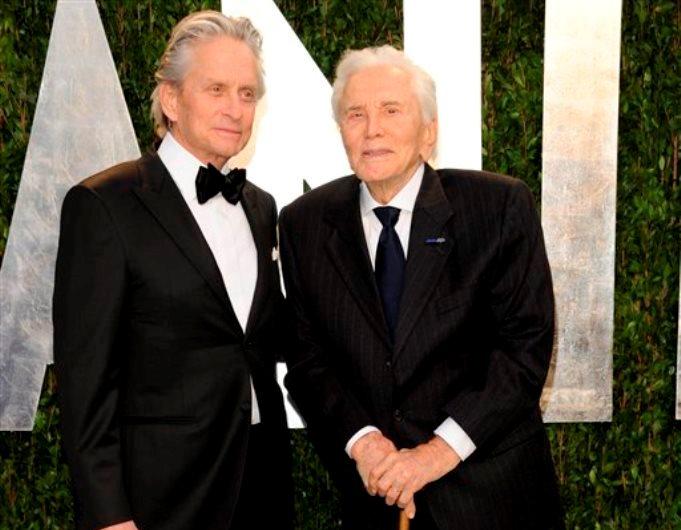 Michael y Kirk Douglas (Foto AP/Evan Agostini, archivo)