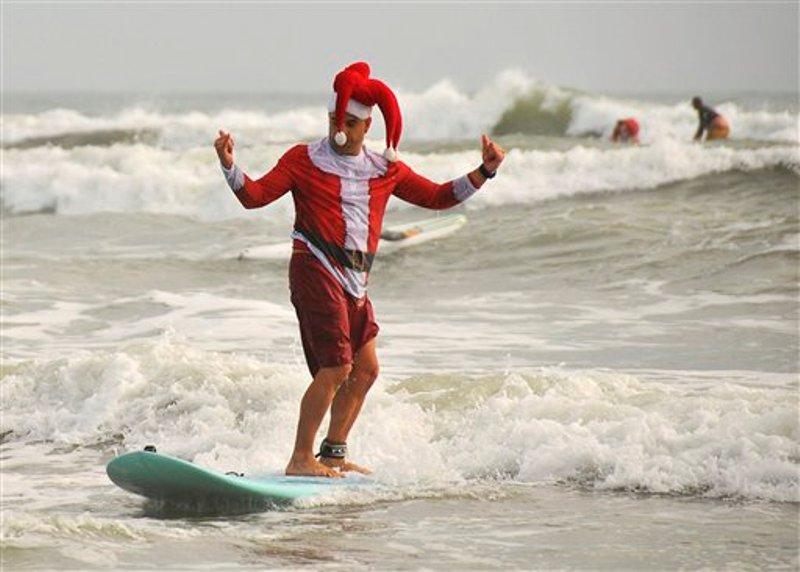 papa-noel-surfea-en-cocoa-beach