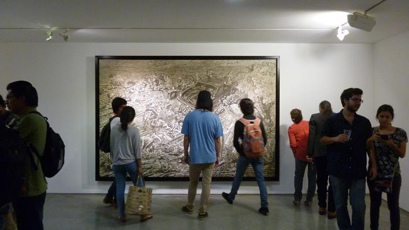 Público admirando la obra de Brito en galería DPM