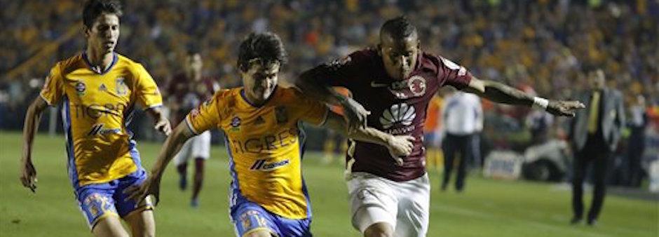 Michael Arroyo, del AmÈrica, conduce el balÛn, marcado por Jorge Estrada, de Tigres, en el partido de vuelta de la final del f˙tbol mexicano, disputado el domingo 25 de diciembre de 2016 en Monterrey (AP Foto/Eduardo Verdugo)