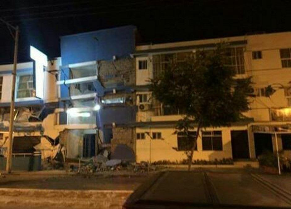 Atacames, en la madrugada del 19 de diciembre de 2016, tras el sismo 5.8.