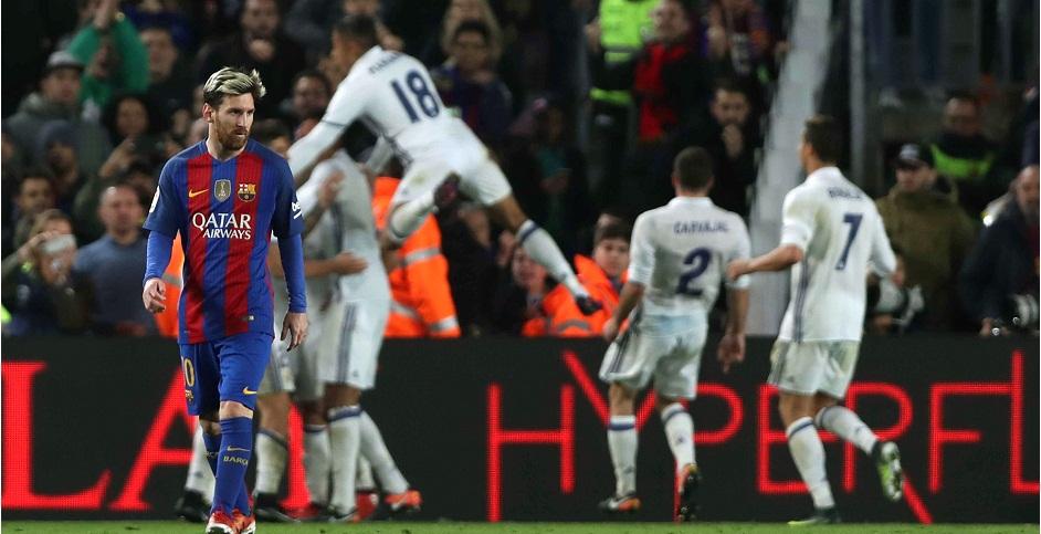 BARCELONA, 03/12/2016.- El delantero del FC Barcelona, Leo Messi (i) lamenta el tanto del Real Madrid durante el partido de la decimocuarta jornada de Liga que disputan en el Camp Nou de Barcelona. EFE/Toni Albir