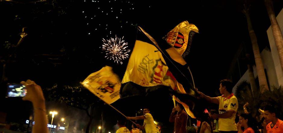 La hinchada de Barcelona festeja el campeonato en las calles de Guayaquil hasta entrada la noche. API