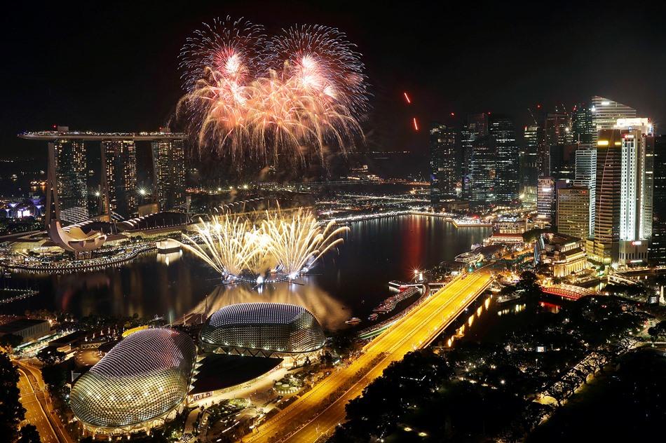 En la imagen, vista del espectáculo pirotécnico organizado en el distrito financiero de Singapur para festejar la entrada del Año Nuevo, el 1 de enero de 2017, en Singapur. (AP Foto/Wong Maye-E)