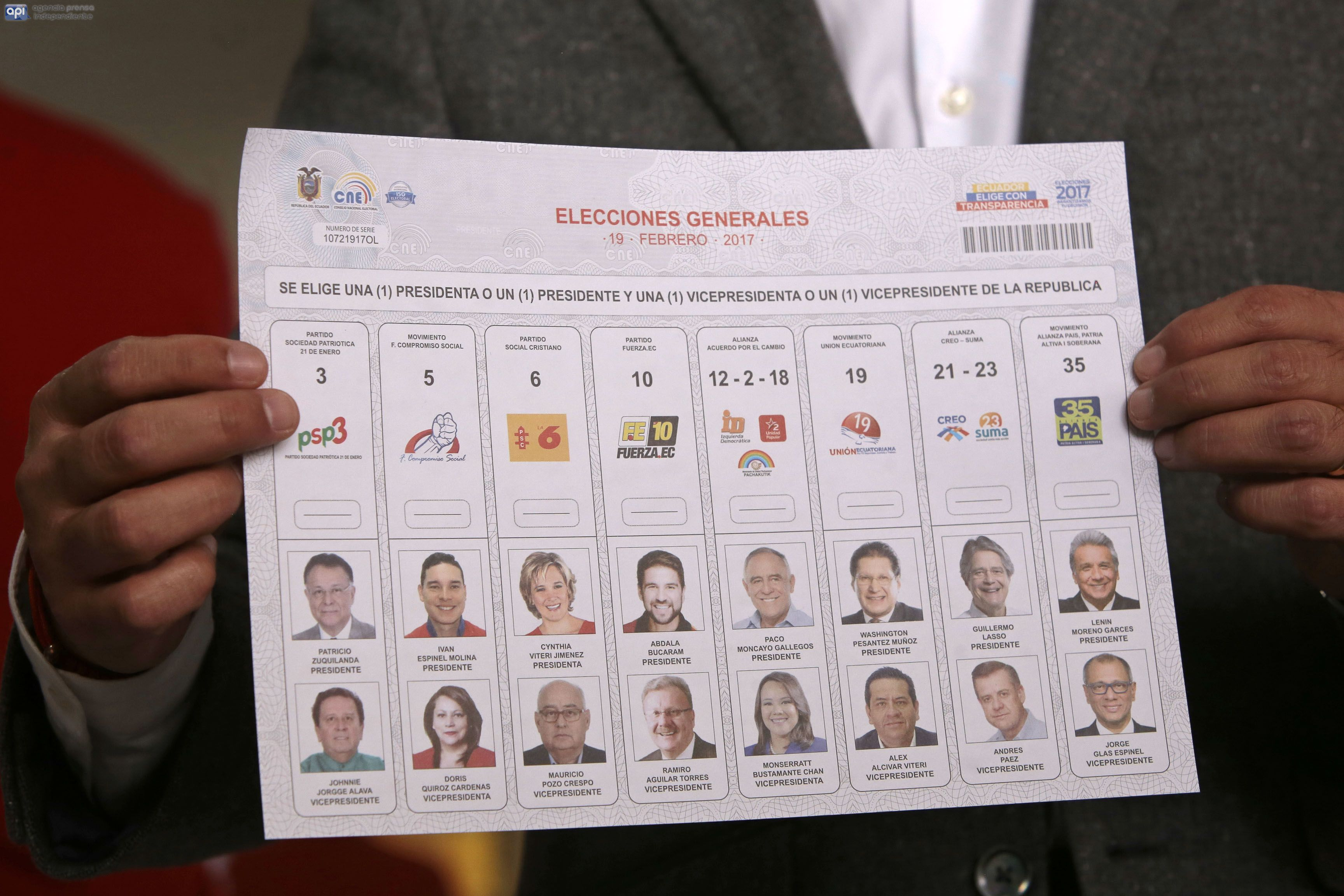 ECUADOR – QUITO (2016/01/09) Revision de las impresion de las papeletas electorales para las elecciones presidenciales por parte del Presidente del CNE Juan Pozo y Willian Aragon Presidente del IGM. FOTOS API / JUAN CEVALLOS.