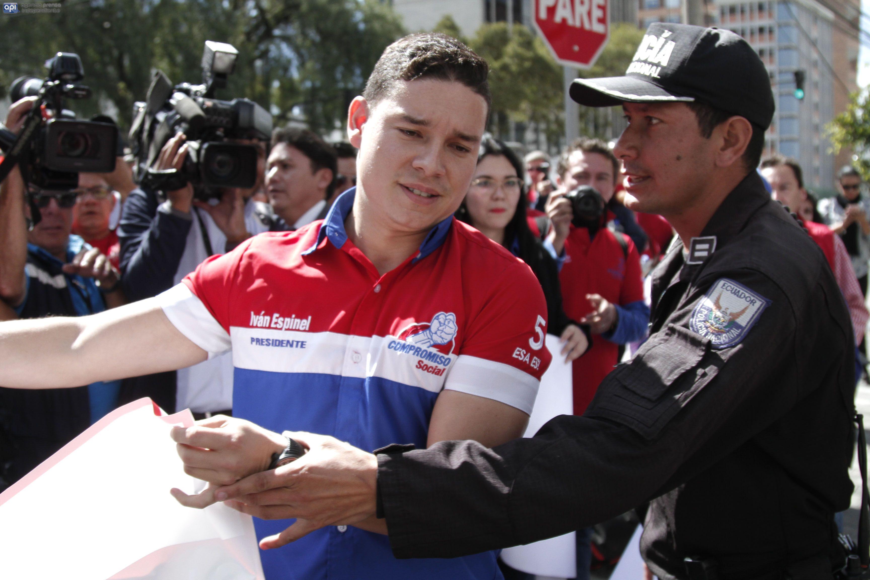 El candidato a presidente de la Republica Ivan Espinel junto a sus partidarios realizaron una clausura simbólica impedida por la Policia Nacional en PETROECUADOR. APIFOTO/JUAN RUIZ