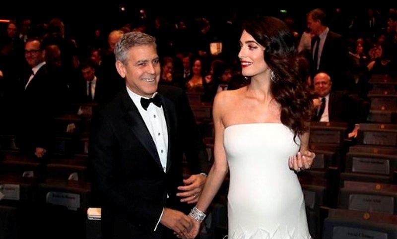 George y Amal de blanco