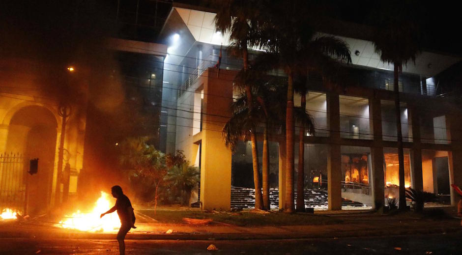 Crecen choques frente al Congreso paraguayo entre Policía y manifestantes