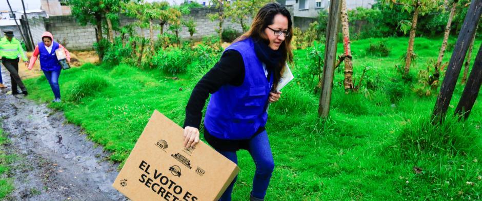 Consejo Electoral de Ecuador cumple jornada de «voto en casa»